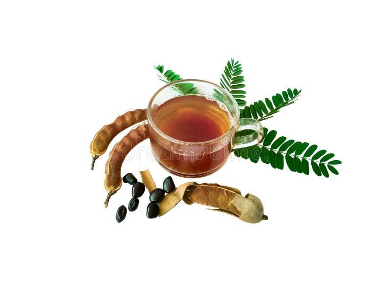 Jus de tamarinier dans un verre et des feuilles de tamarinier photos libres de droits