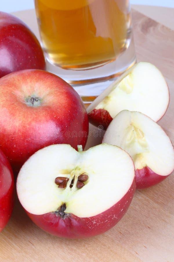 Jus et pommes de pomme image stock