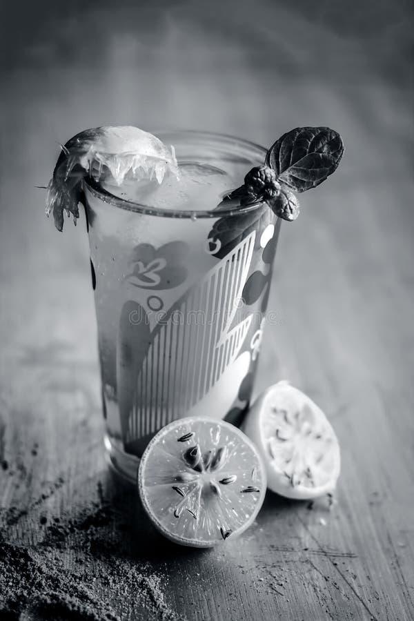 Jus fictif de limon de Ã- de sharbat, de jus de citron ou d'agrume avec quelques feuilles de menthe dans un verre transparent images stock