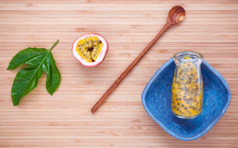 Jus frais de passiflores comestibles de passiflore dans la bouteille sur le fond en bambou Juic photo libre de droits