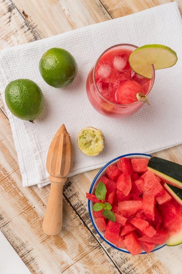 Jus frais de pastèque avec les feuilles en bon état et l'agrume de chaux photographie stock libre de droits