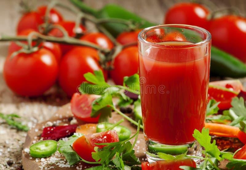 Jus frais du mélange des légumes avec des légumes et des herbes images libres de droits