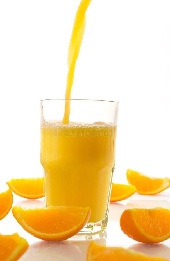 Jus frais et parts oranges photographie stock libre de droits