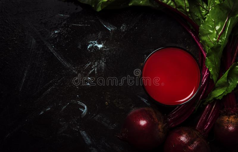 Jus ou smoothie frais de betterave, table foncée, nourriture et fond de boissons, vue supérieure images stock