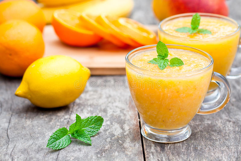 Jus pulpeux sain frais avec les fruits et légumes oranges photographie stock libre de droits