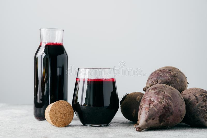 Jus rouge de betteraves dans des conteneurs en verre, betterave fra?che pour faire la boisson Boisson v?g?tale Boisson faite mais photographie stock