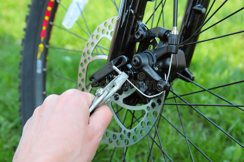 Justage der Fahrrad-Gänge mit Zangen lizenzfreies stockbild