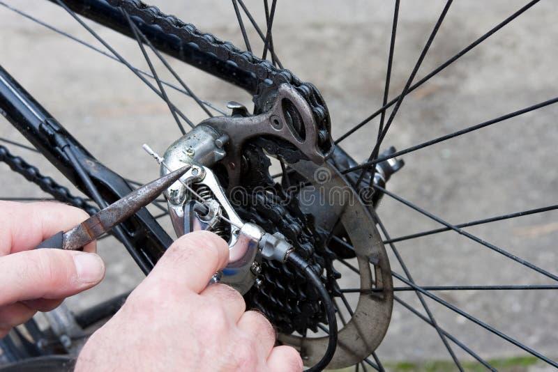 Justage der Fahrrad-Gänge mit Zangen und Taste stockbilder