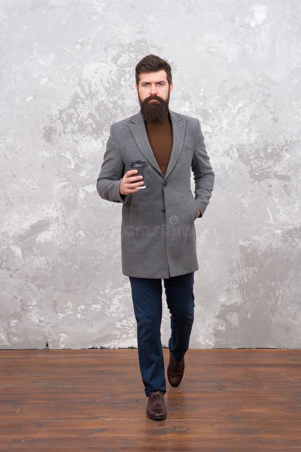 A juste acheté le café à emporter Vêtements intelligents de style occasionnel pendant la vie de bureau Le meilleur café a servi à photo libre de droits