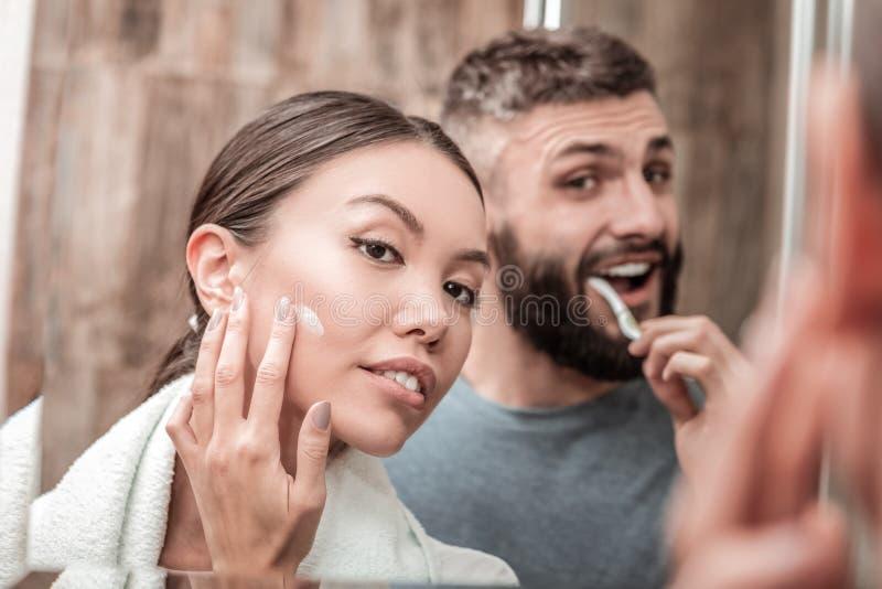 Juste couples mariés appréciant leur temps dans la salle de bains ensemble photographie stock