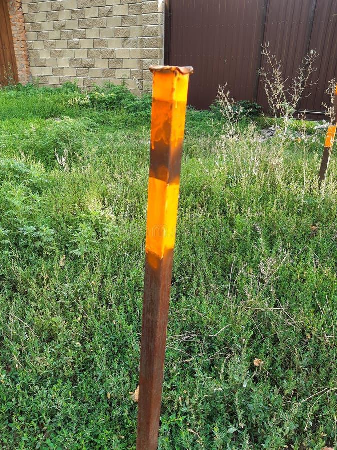 Juste le pilier dans une herbe, continuent la marche photo libre de droits