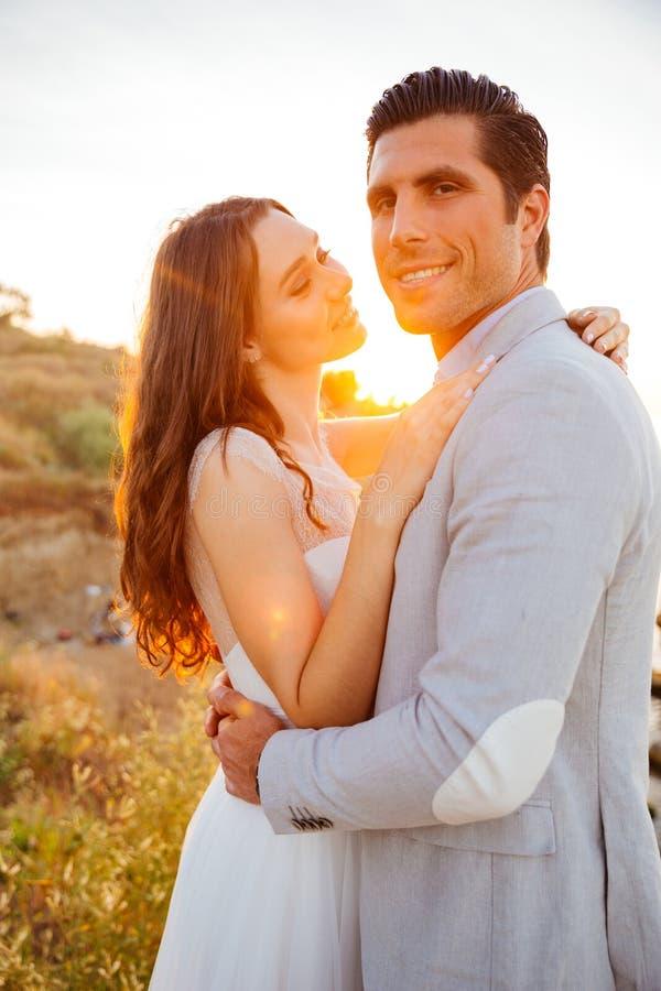 Juste les jeunes couples mariés heureux célébrant et ont l'amusement photographie stock libre de droits