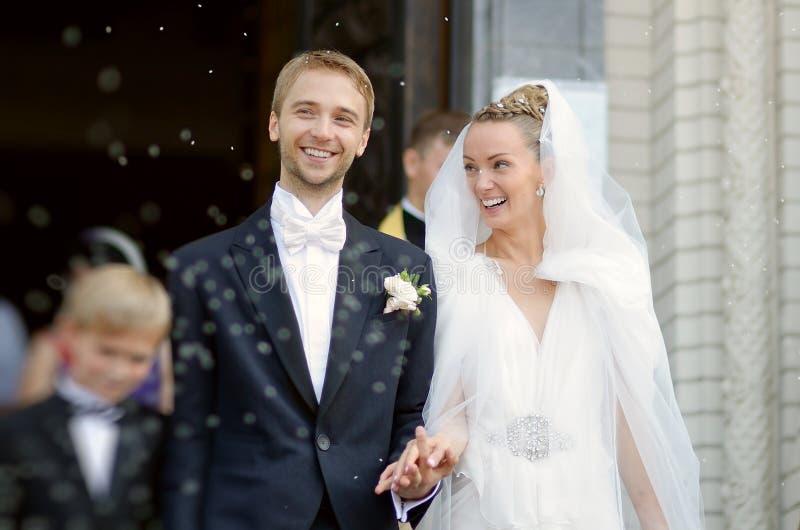 Juste ménages mariés sous une pluie de riz photo libre de droits