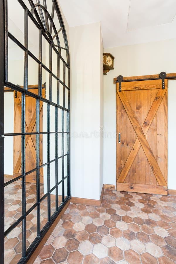 Juste maison en bois de porte photos stock