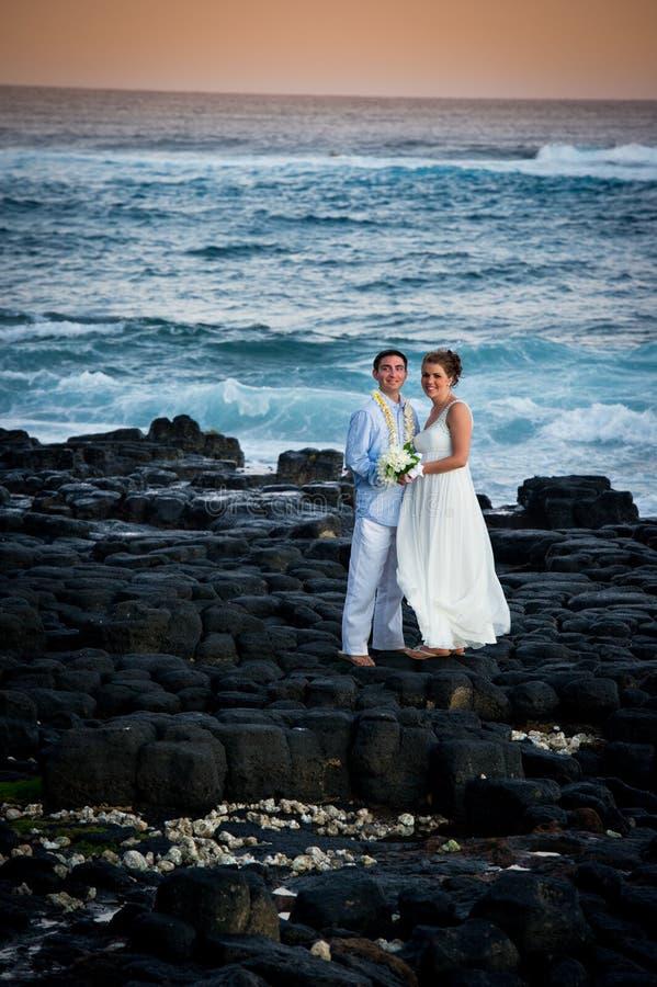 Juste marié. Beaux couples sur le rivage rocheux. photo stock