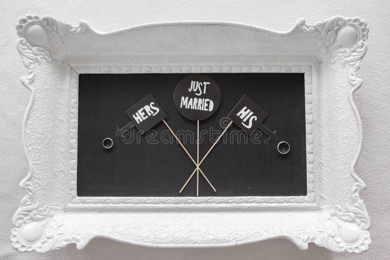 Juste marié - décoration sur la table avec des anneaux photographie stock libre de droits