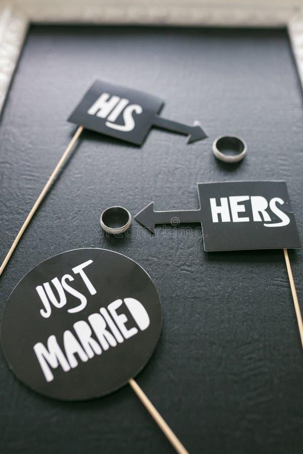 Juste marié - idée de décoration avec des anneaux photos libres de droits