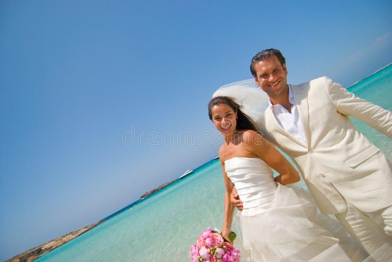 Juste marié sur la plage d'île de lune de miel photos libres de droits