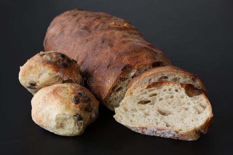 Juste pain fait maison cuit au four avec des tranches de pain et petits pains avec les graines - qualité rustique avec le levain  photo stock