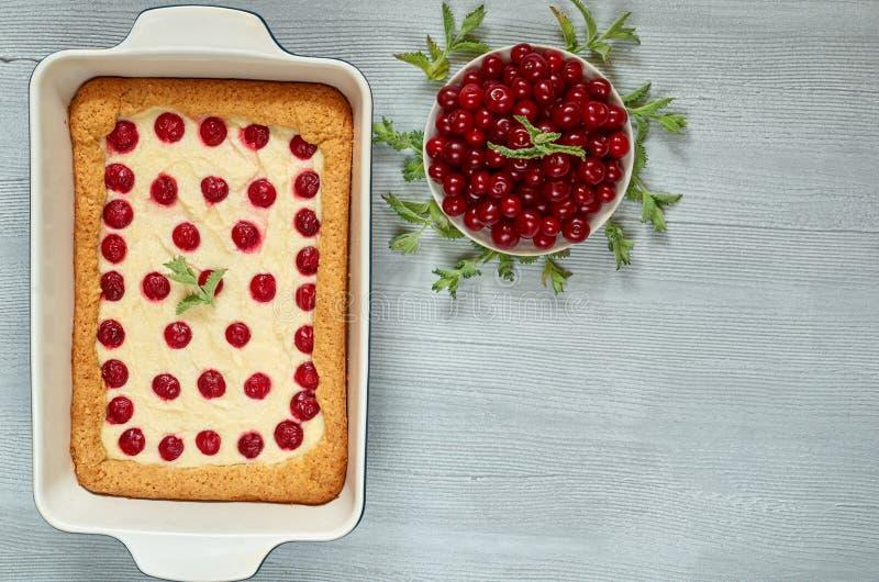 Juste tarte aux cerises soutenue dans le plat de cuisson sur la table de cuisine grise avec l'espace de copie Gâteau au fromage f photographie stock libre de droits