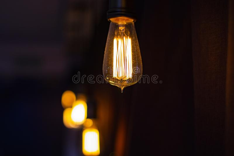 Juste une ampoule accrochant dans une barre photographie stock libre de droits