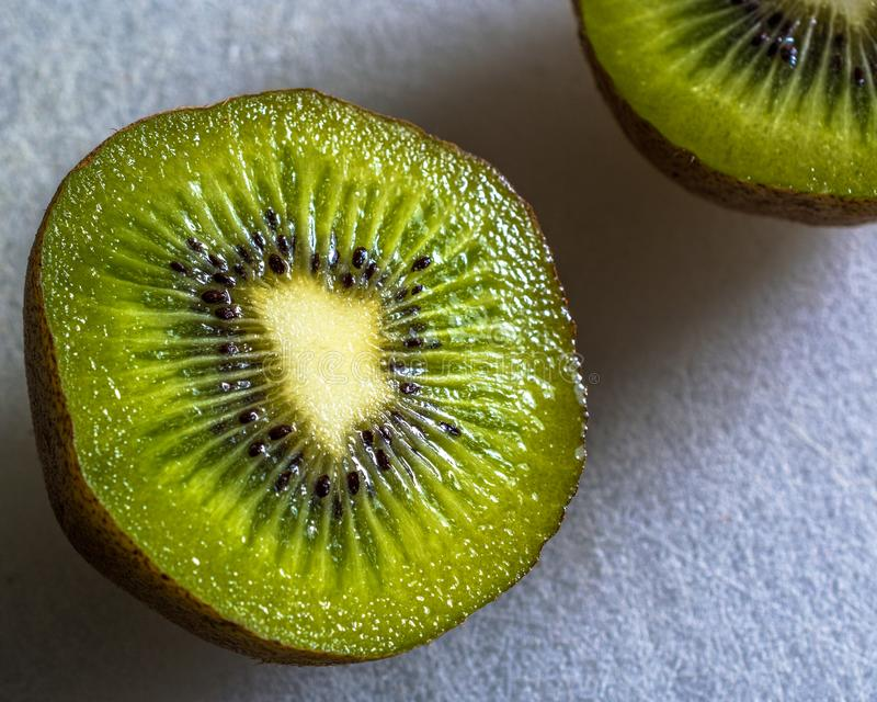 Juste une tranche simple de kiwi photos libres de droits