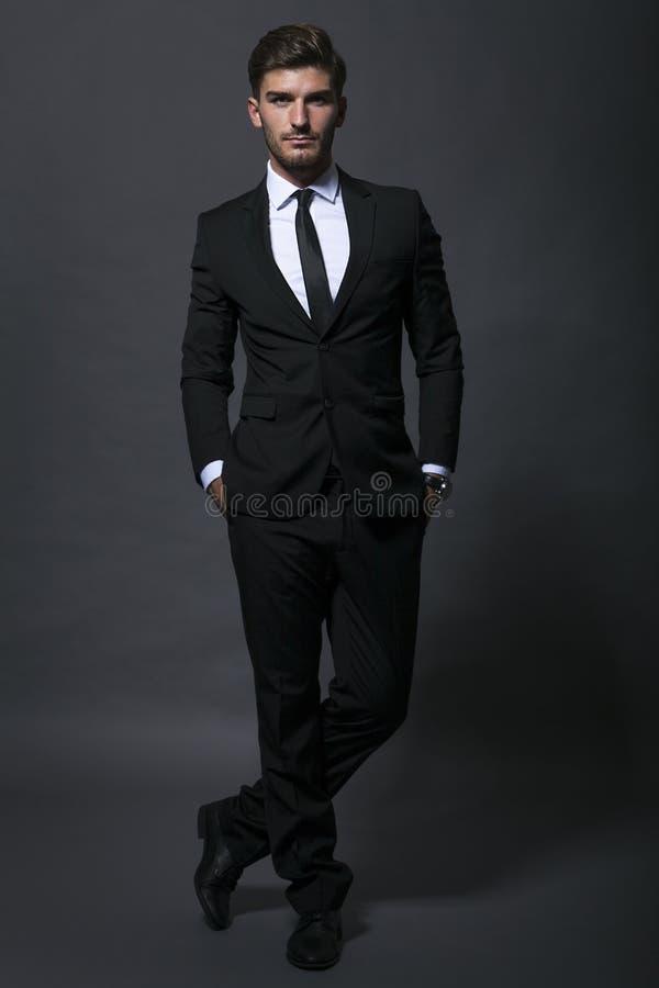 justera den stiliga affärsmannen hans tie royaltyfri bild