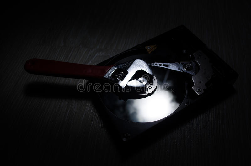 justerbar disk som är hård av vändskiftnyckeln På en mörk bakgrund white för verktygslåda för datorbegreppsreparation arkivbild