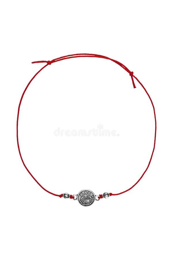 Justerbart armband för röd textil med för cancerberlock för silver som det rumänska tecknet för zodiak isoleras på vit bakgrund,  royaltyfria bilder