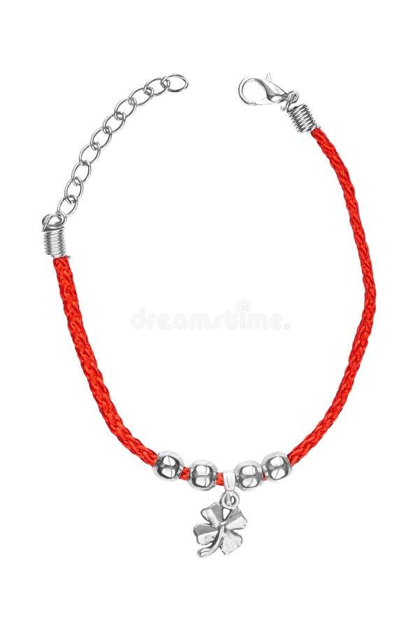 Justerbart armband för silver och för röd textil med växt av släktet Trifoliumhängen som isoleras på vit bakgrund Slitna traditio arkivfoto