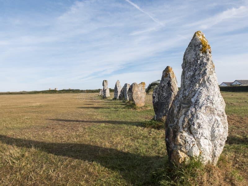 Justering av megalit på brett gräs royaltyfria foton