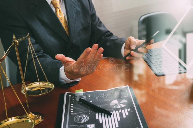 Justiça e conceito da lei Advogado masculino no escritório com o martelo, wor foto de stock