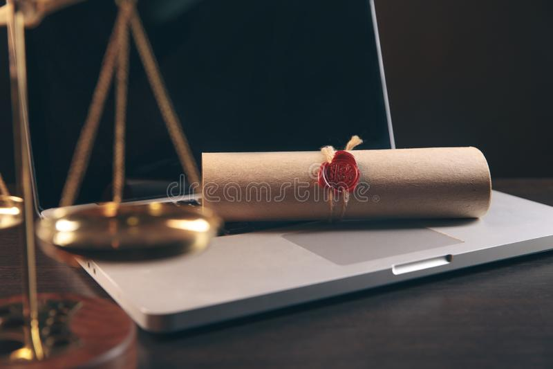 Justiça e conceito da lei Local de trabalho do advogado com portátil e originais com de madeira escuro imagem de stock royalty free