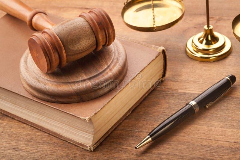 Justiça Scales e livro e martelo na tabela de madeira fotografia de stock royalty free