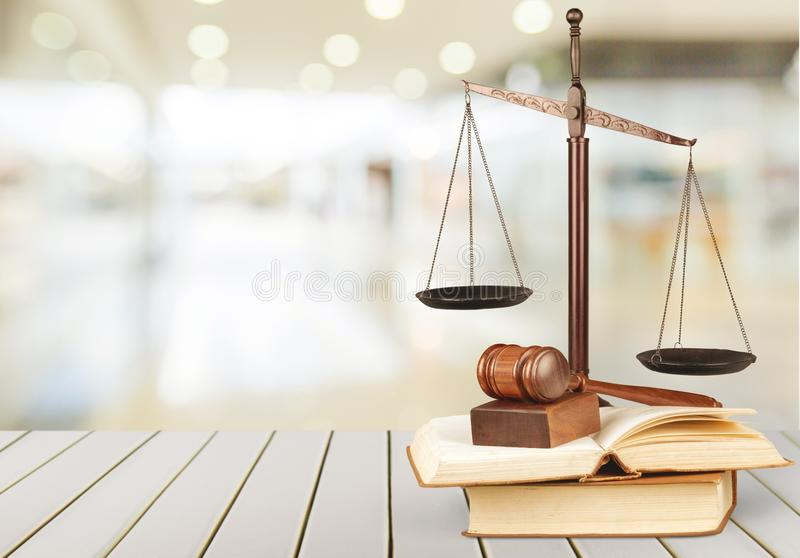 Justiça Scales e livros e tabela de madeira do martelo o fotos de stock royalty free