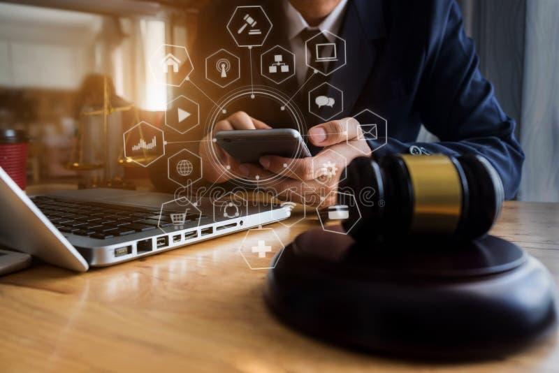 Justi?a e conceito da lei Juiz masculino em uma sala do tribunal o martelo, trabalhando com tablet pc e os telefones digitais fotos de stock royalty free