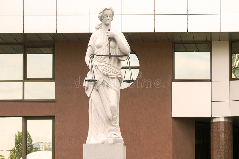 Justice夫人雕象在法院附近大厦的  免版税图库摄影