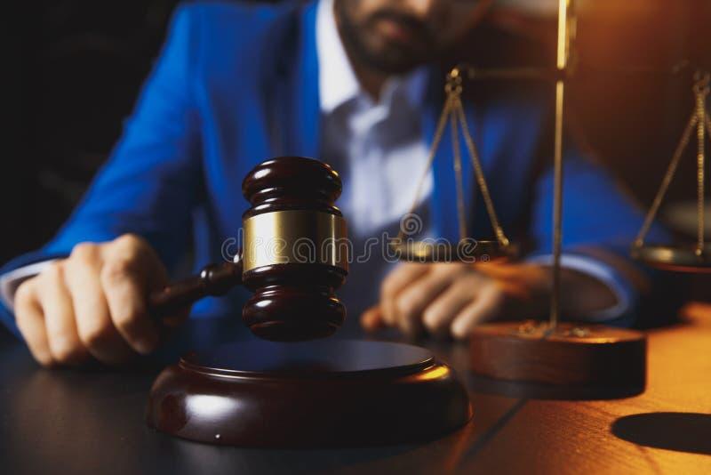 Justice et concept de loi Avocat masculin dans le bureau avec l'échelle en laiton sur la table en bois, photos libres de droits