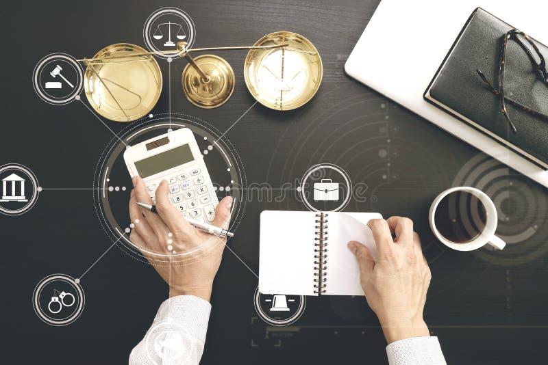 Justice et concept de loi travail d'homme d'affaires ou d'avocat ou de comptable photos stock