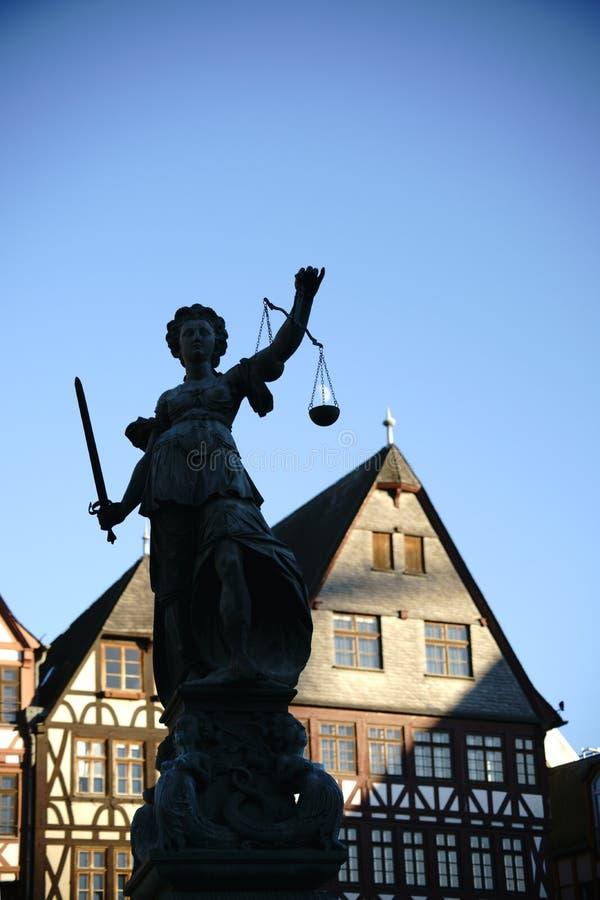 Justicia Fountain Frankfurt imagen de archivo libre de regalías