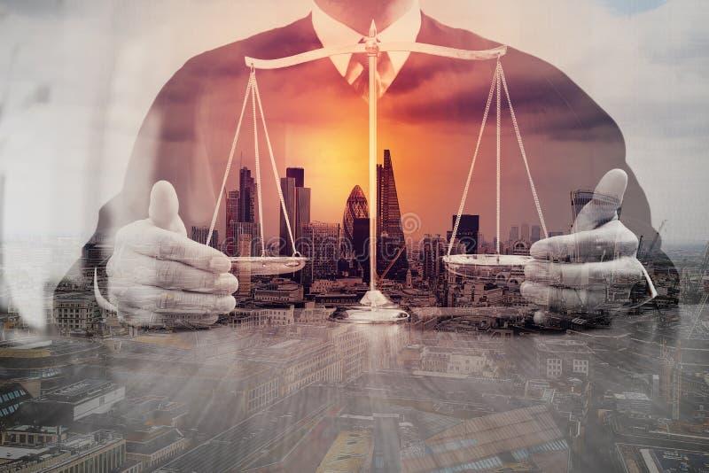 Justicia y concepto de la ley Juez masculino en una sala de tribunal con el balan fotos de archivo