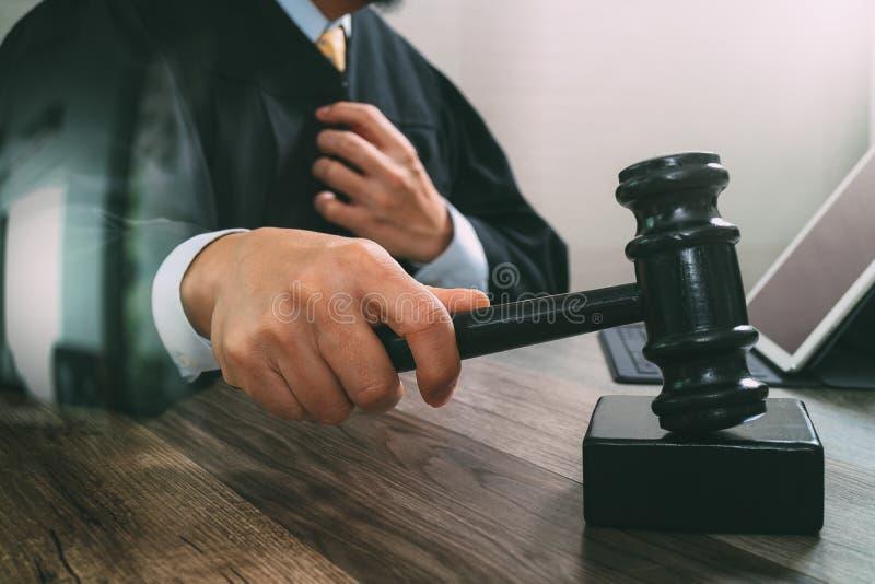 Justicia y concepto de la ley Juez masculino en una sala de tribunal que pega el g imagen de archivo