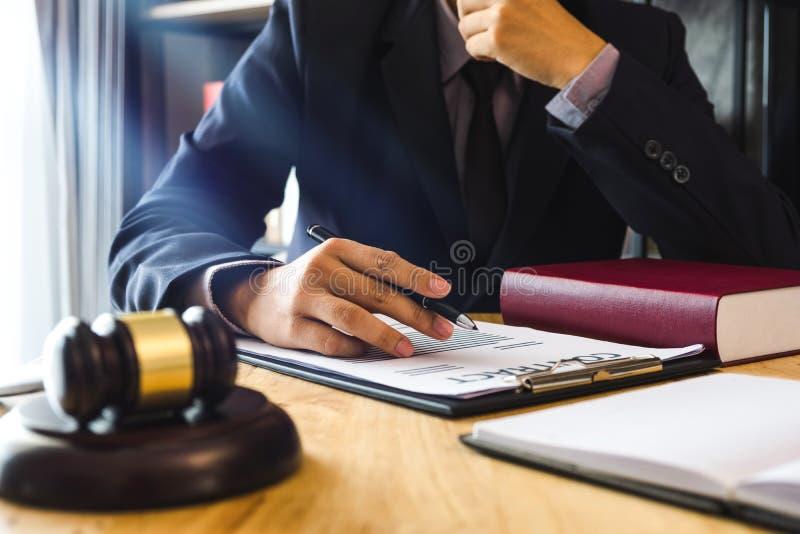 Justicia y concepto de la ley Juez masculino en una sala de tribunal con el mazo, trabajando con, tableta digital imagenes de archivo