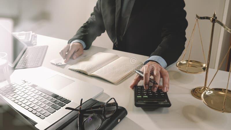 Justicia y concepto de la ley trabajo del hombre de negocios o del abogado o del contable imagen de archivo libre de regalías
