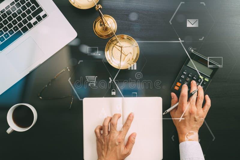 Justicia y concepto de la ley trabajo del hombre de negocios o del abogado o del contable fotos de archivo libres de regalías