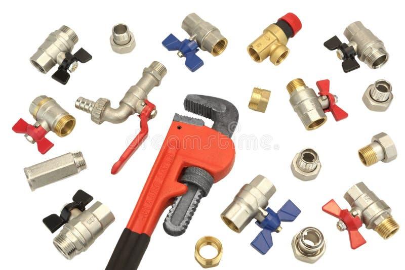 Justierbarer Schlüssel und viele Kugelventile lokalisiert auf Weiß, Abschluss lizenzfreies stockfoto