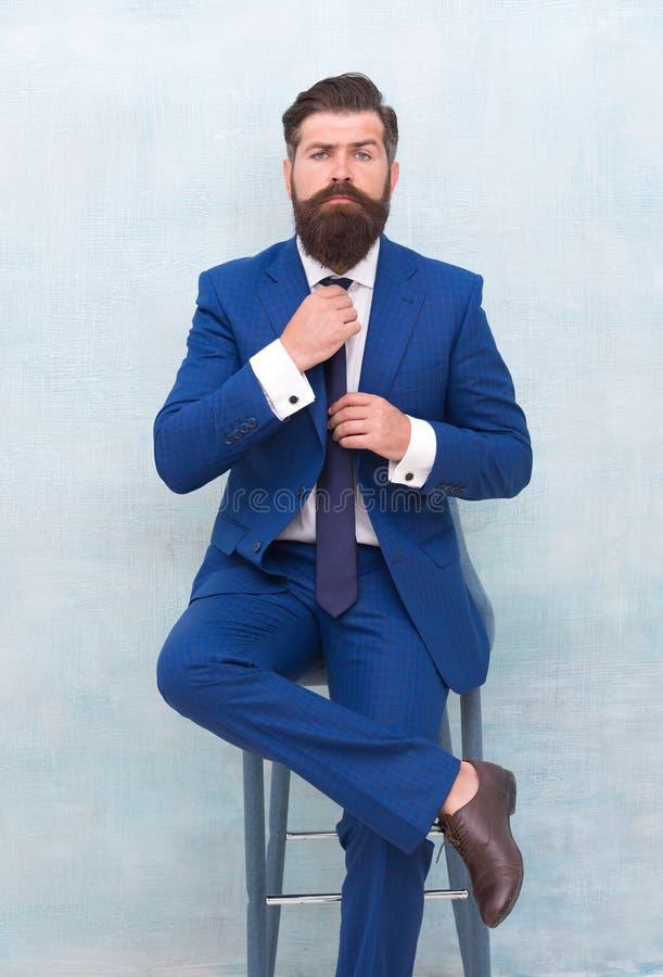 Justieren Sie Krawatte Erfolgreich und motiviert für Erfolg Moderner Anzug der bärtigen Abnutzung des Geschäftsmannes Geschäftsma stockfotos