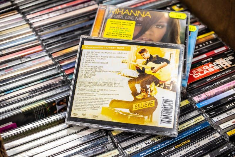 Justin Bieber cd album Wierzy 2012 na pokazie dla sprzedaży, sławnego Kanadyjskiego piosenkarza i kompozytora, zdjęcie royalty free