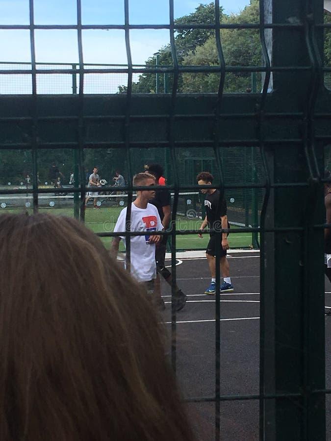 Justin Bieber jouant le basket-ball photos libres de droits