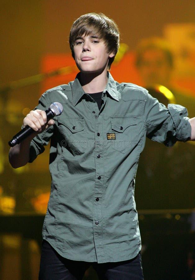 Justin Bieber utför på SOStelethonen royaltyfria bilder